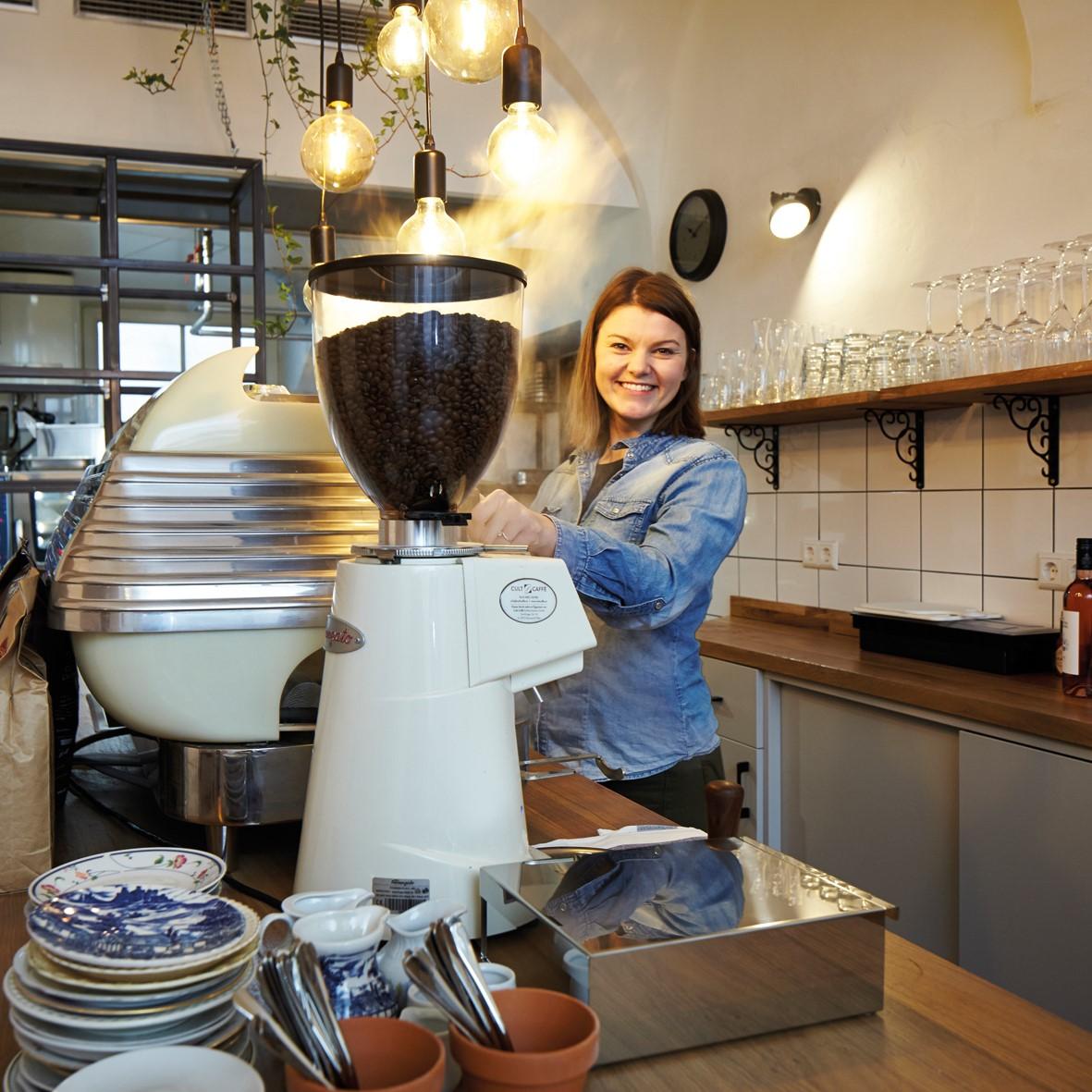 Theresa beim Kaffeemachen im Little Dancer
